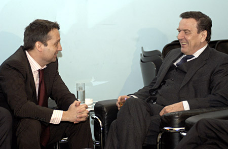 Männerrunde: Ein entspannter Bundeskanzler Gerhard Schröder im Gespräch, Frühjahr 2005Background conversation: Talking with the German Chancellor Gerhard Schröder, Spring 2005.