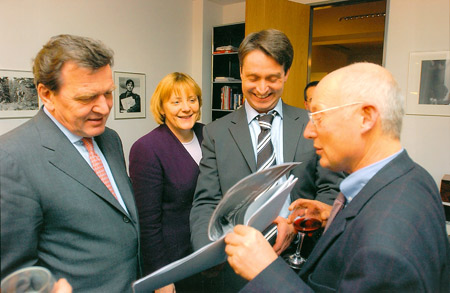 Kanzler und solche, die es noch werden wollen: Angela Merkel und Gerhard Schröder im Berliner Spiegelbüro, mit Spiegel-Chefredakteur Stefan Aust, Winter 2001Two chancellors at one reception: Gerhard Schröder and his sucessor Angela Merkel met in the Berlin office of Der Spiegel with then editor-in-chief Stefan Aust and his new bureau chief, me. December 2001